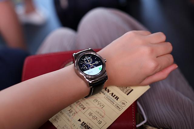 LG 워치 어베인을 손목에 차고 있는 모습입니다.