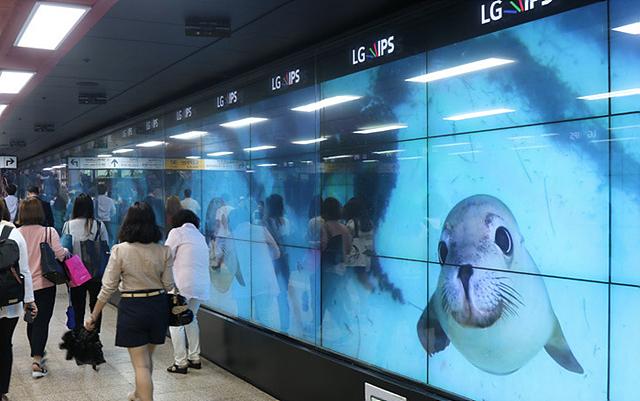 삼성역에 설치된 디지털 사이니지의 모습입니다.