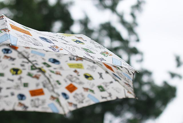 우산이 하늘을 향해 펼쳐져 있습니다.
