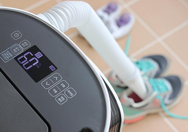 제습기를 이용해 신발의 습기를 제거하는 모습