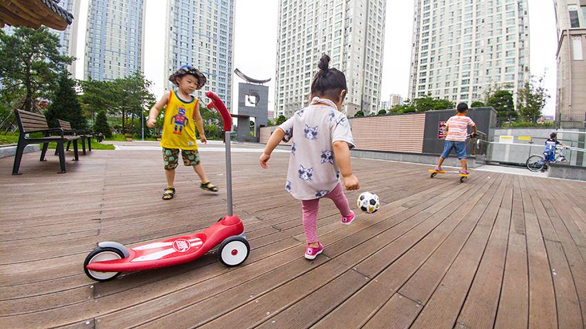 공놀이를 하는 어린 여자 아이의 뒷모습