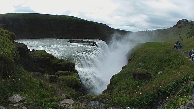 굴포스(Gullfoss) 폭포는 빙하가 녹은 물에 흙이 섞여 황금빛을 보여주기 때문에 황금폭포(Gull=골드)라는 이름이 붙은 폭포로 자연의 장엄함을 느낄 수 있는 폭포입니다.