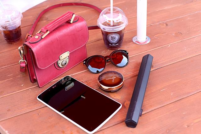 테이블 위에 G패드, 롤리키보드2와 함께 음료, 선글라스 등이 놓여있습니다.