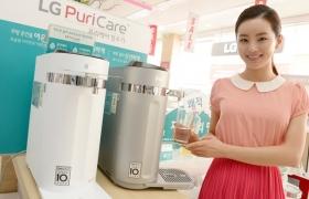 서울 강서구 공항대로에 위치한 LG 베스트샵 강서본점 매장에서 모델이 LG 퓨리케어 슬림 정수기 제품을 소개하고 있다.(퓨리케어 슬림 정수기 제품 이미지 포함)