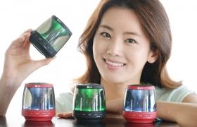 LG전자가 뛰어난 편의성에 감성적인 디자인을 더한 휴대용 블루투스 스피커를 18일 출시한다. LG 블루투스 스피커(모델명: PH1)는 가로, 세로, 높이가 각각 81mm, 82mm, 88mm로 한 손에 쏙 들어오는 크기에 무게도 커피캔 1개 정도인 190g에 불과해 들고 다니기에 부담이 없다.LG전자는 실속형 제품군을 지속적으로 늘리며 소비자 선택의 폭을 넓혀 나갈 계획이다. 13일, 모델이 여의도 LG 트윈타워에서 LG 블루투스 스피커 신제품을 소개하고 있다.