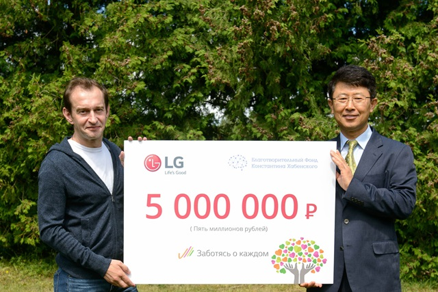 LG전자가 러시아에서 '웃음'을 모아 뇌질환으로 고통 받고 있는 어린이들에게 희망을 전했다. LG전자는 지난해 10월부터 실시한 '웃음 콘테스트'와 제품 판매금액 일부를 적립해 모은 후원금 500만 루블을 하벤스키 재단에 기부했다. LG전자 CIS지역 기획관리담당 한재동 상무(오른쪽)가 러시아 유명 배우이자 하벤스키 재단을 운영하고 있는 콘스탄틴 하벤스키(왼쪽)에게 후원금을 전달하고 있다. 관련 문의는 김 산 과장(02-3777-3623, 010-7191-8196)에게 하시면 됩니다.