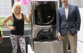 지난달 29일 뉴욕 맨하튼에서 유명 영화배우 '말린 애커맨(Malin Akerman, 왼쪽)'과 LG전자 미국법인 마케팅총괄 데이비드 반더월(David Vanderwaal, 오른쪽)이 트윈워시를 소개하고 있다. 트윈워시는 미국에서 LG 세탁기의 판매 성장세를 이끌고 있다. LG전자는 올해 상반기 미국 드럼세탁기 시장에서 1위를 지켰다.