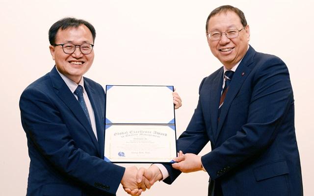 5일 서울 영등포구 여의대로에 위치한 LG 트윈타워에서 한국품질경영학회 회장 이상복 교수(서경대, 좌측)가 LG전자 대표이사 H&A사업본부장 조성진 사장에게 '2016 글로벌 품질경영인 대상'을 수여하고 있다.