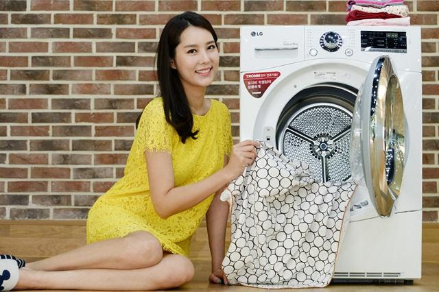 모델이 서울 영등포구 여의대로에 위치한 LG 트윈타워에서 트롬 건조기 신제품을 소개하고 있다.