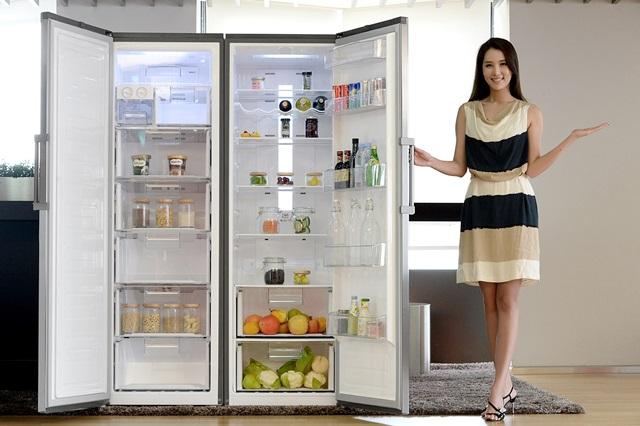 모델이 서울 영등포구 여의대로에 위치한 LG 트윈타워에서 문이 하나인 냉장고와 냉동고인 '컨버터블 패키지'를 소개하고 있다.