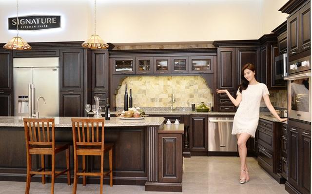 서울 강남구 도산대로에 위치한 LG 베스트샵 강남본점 매장에서 모델이 시그니처 키친 스위트로 연출한 주방을 소개하고 있다.
