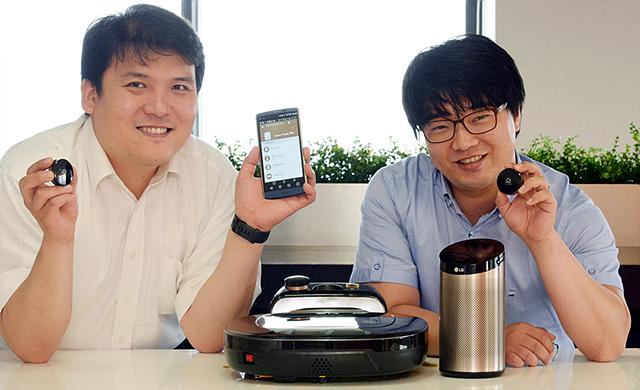 왼쪽부터 이재모 팀장, 전찬성 연구원이 제품을 소개하고 있는 모습