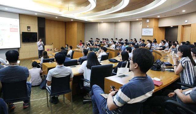 LG전자가 19일 서초R&D캠퍼스에서 개최한 '2016 LG 소프트웨어 개발자의 날' 행사장에서 LG전자 SW 개발자들이 주제별 토론 시간을 갖고 있다.