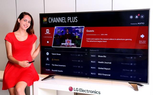 LG전자는 다음 주부터 북미 시장에서 50개의 무료채널을 시청할 수 있는 채널플러스 서비스를 시작한다. LG전자는 북미의 경우 한 집에 TV를 2대 이상 사용하는 경우가 많아 셋톱박스가 필요 없는 채널플러스가 큰 호응을 얻을 것으로 기대하고 있다. 16일 모델이 미국 뉴저지에 위치한 LG전자 미국법인사옥에서 채널플러스 서비스를 소개하고 있다.