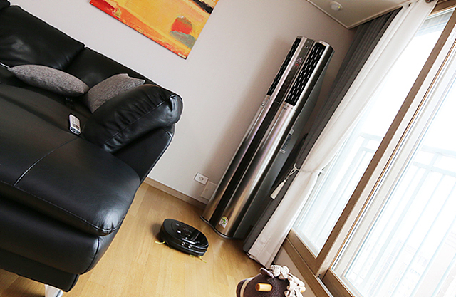 집 안에 LG 휘센 듀얼 에어컨이 설치된 모습
