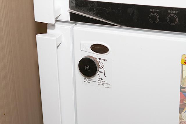 냉장고에 부착된 LG SmartThinQ 센서의 모습입니다.