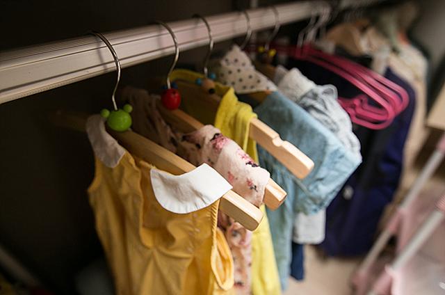 옷장에 아이 옷이 걸려 있는 모습