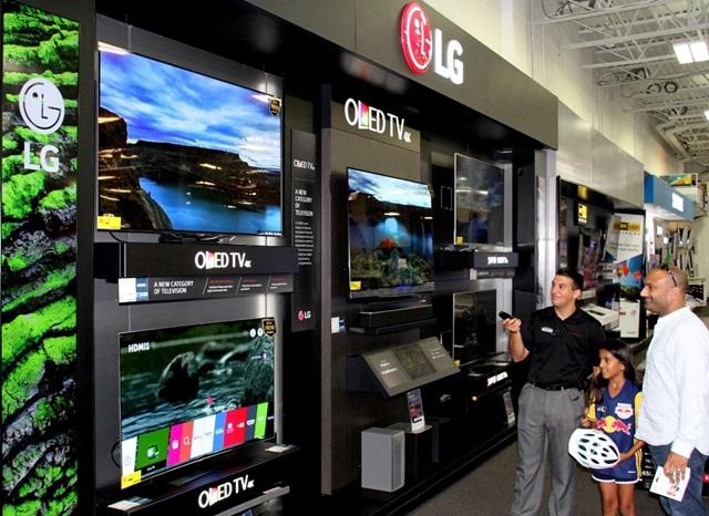 LG전자가 최근 美 최대 가전 유통회사 베스트바이 400개 매장에 올레드 체험존을 설치했다. 베스트바이에 올레드 체험존이 설치된 것은 소비자와 전문가 모두에게서 인정받고 있는 올레드 TV의 위상이 반영된 것이다. 2일 미국 뉴저지 베스트바이매장을 찾은 고객들이 베스트바이직원에게 LG 올레드 TV의 화질에 대한 설명을 듣고 있다.