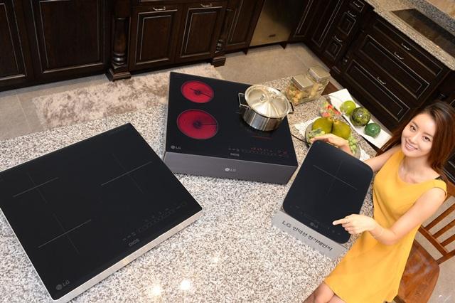 서울 강남구 도산대로에 위치한 LG 베스트샵 강남본점에서 모델이 화력을 강화한 전기레인지 신제품 3종을 소개하고 있다. 왼쪽부터 3구 인덕션 전기레인지, 하이브리드 전기레인지, 1구 인덕션 전기레인지.