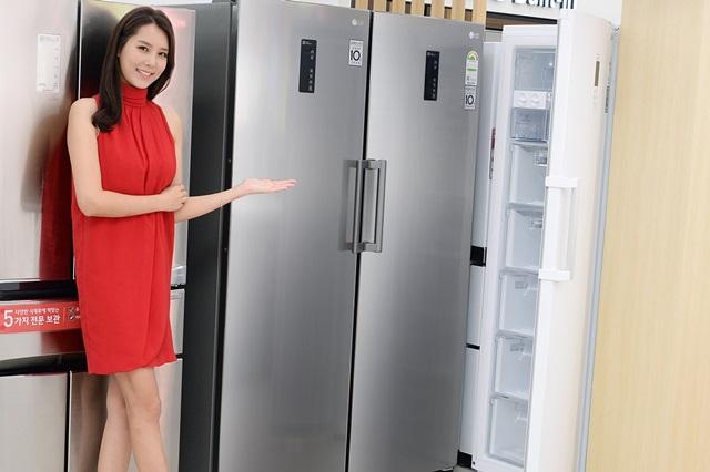 : 서울 강서구 공항대로에 위치한 LG 베스트샵 강서본점 매장에서 모델이 LG 컨버터블 패키지 냉동고를 소개하고 있다. 7월부터 8월까지 두 달간 LG 냉동고의 판매량은 지난해 같은 기간 보다 20% 이상 늘었다.