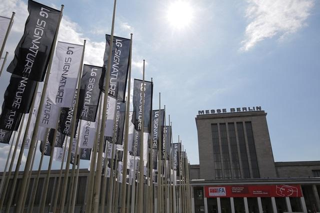 LG전자가 2일부터 7일까지 독일 베를린에서 열리는 유럽 최대 가전전시회인 'IFA 2016'에서 超프리미엄 'LG SIGNATURE(LG 시그니처)'를 유럽시장에 본격 론칭한다.