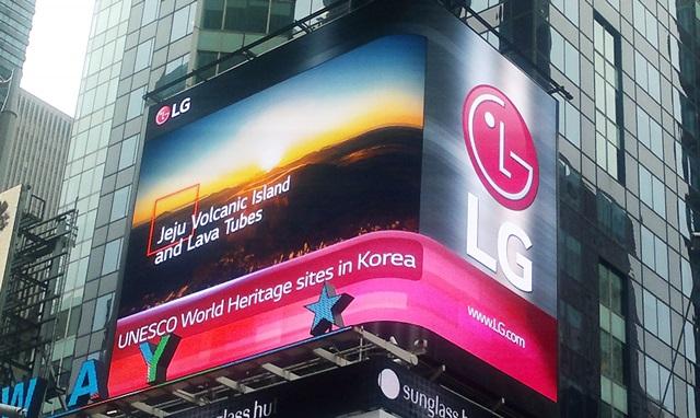 전자가 8월 한 달간 뉴욕 타임스 스퀘어 전광판을 통해 한국의 세계 유산을 소개하는 영상을 상영한다. 지난 1일 뉴욕 타임스 스퀘어 광고판에 우리 문화유산 영상이 상영되고 있다.