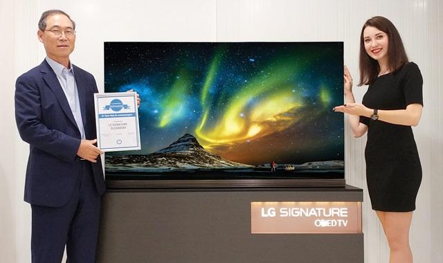 LG 시그니처 올레드 TV가 러시아 최대 IT매체 '하이테크닷메일'의 '추천제품(Recommendation)'으로 선정됐다. 이 매체가 올해 TV 분야에서 '추천제품'을 선정한 것은 LG 시그니처 올레드 TV가 유일하다. LG전자 CIS지역대표 겸 러시아법인장 송대현 부사장(왼쪽)이 LG 시그니처 올레드 TV를 소개하고 있다.