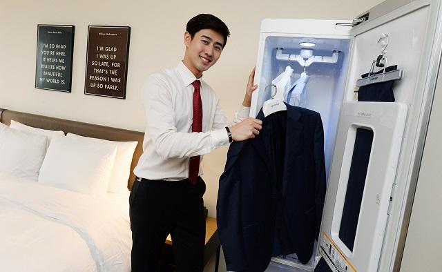 18일 서울 영등포 의사당대로에 위치한 '글래드 호텔 여의도'에서 한 투숙객이 객실에 설치된 LG 트롬 스타일러를 사용하고 있다.