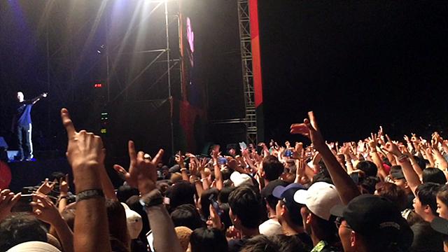 밸리록 공연장에서 팬들이 손을 흔들고 열광하는 모습