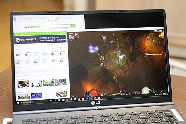 그램15에 네이버 사이트와 게임 화면 창을 동시에 연 모습