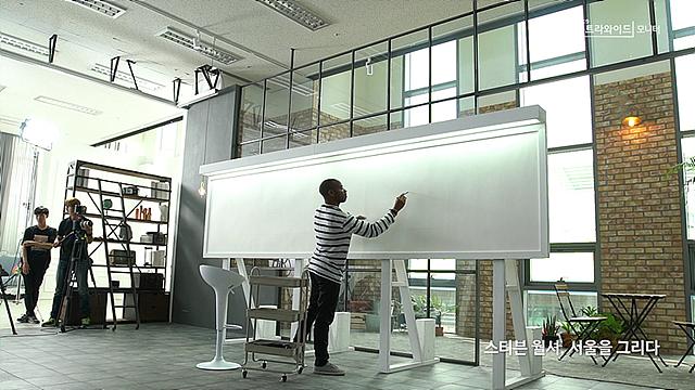 가로 2.5미터의 넓은 와이드 캔버스에 그림을 그리는 스티븐 월셔 모습
