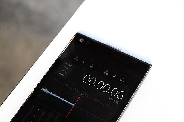 LG V20는 듣는 즐거움을 위해서 '고음질 녹음' 기능도 제공한다. 24bit/192kHz FLAC의 스튜디오급 사운드로 녹음이 가능하여, 중요한 회의(미팅)이나 대화 등 세밀한 소리를 보다 생생한 현장감을 담아 기록할 수 있다.