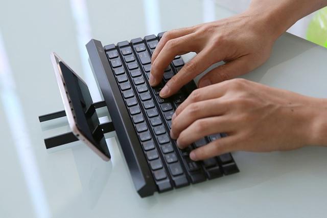 LG 롤리키보드 2를 사용하고 있는 모습
