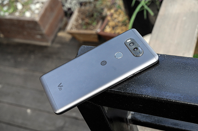 LG V20 제품 뒷면 모습