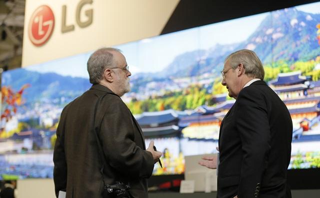 LG전자가 최근 미국 댈러스(Dallas)에서 열린 영상가전 전시회 CEDIA 2016에 참가해 양면형, 비디오월 등 혁신적인 디자인의 올레드 사이니지를 선보였다. LG전자 부스를 방문한 관람객들이 55인치 올레드 사이니지 18장을 이어붙인 비디오월을 살펴보고 있다