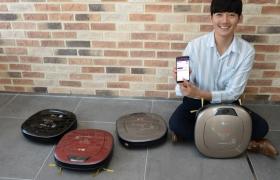 서울 영등포구 여의대로 LG 트윈타워에서 모델이 스마트폰을 활용해 더 편리하게 사용할 수 있는 LG '로보킹 터보' 신제품을 소개하고 있다.