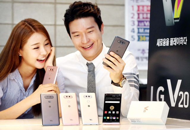 LG전자 모델이 국내 이동통신 3사를 통해 29일 출시된 전략 스마트폰 'LG V20'를 선보이고 있다. LG V20는 세계 최초 쿼드DAC과 전∙후면 광각카메라를 탑재해 뛰어난 멀티미디어 성능을 제공한다.