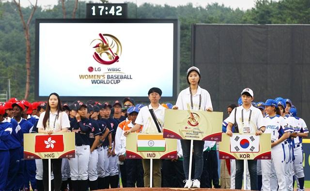 세계 유일 국가대표급 국제여자야구대회 'LG 후원 WBSC 2016 기장여자야구월드컵'이 12개국 300여 명의 선수들이 참가한 가운데 3일 부산 기장군에서 막을 올렸다.