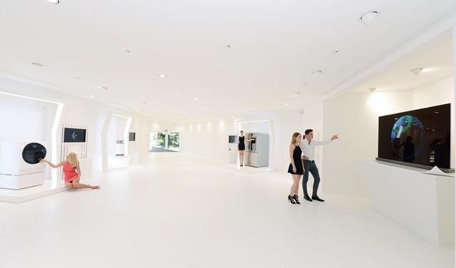 LG전자가 2일부터 7일까지 독일 베를린에서 열리는 'IFA 2016'에서 전시장 중앙 야외 정원에 'LG 시그니처'의 디자인 철학을 담은 'LG 시그니처 갤러리'를 조성했다. LG전자는 영국의 디자인그룹 '제이슨 브루지스 스튜디오(Jason Bruges Studio)'와 함께 '본질의 미학(The Art of Essence)'을 주제로 'LG 시그니처' 주요 제품의 핵심 기술과 본질을 재해석한 작품들을 전시한다.