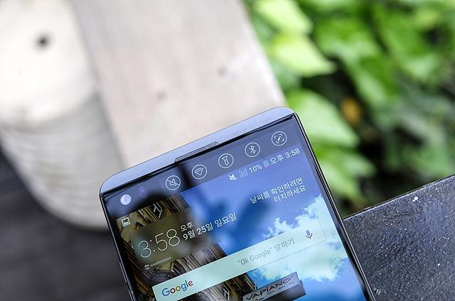 LG V20에 탑재된 세컨드 스크린(160 x 1040, 513 ppi)은 더 밝고 더 선명해진 모습으로 야외 시인성 및 정보 확인의 편리함을 제공하고 있다.