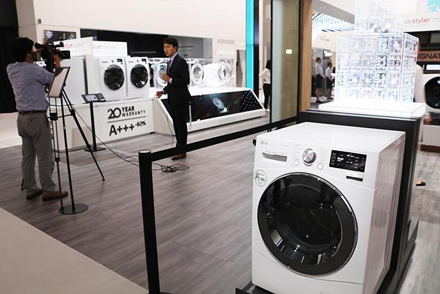 새롭게 출시되는 LG 시그니처 세탁기의 모습입니다.