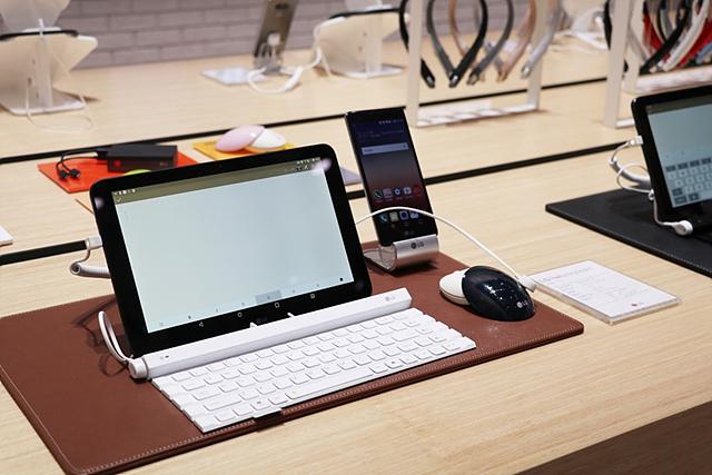 LG전자의 다양한 IT 기기들이 전시되어 있습니다.