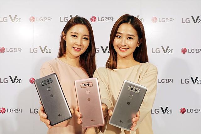 LG V20 제품을 들고 서 있는 모델들