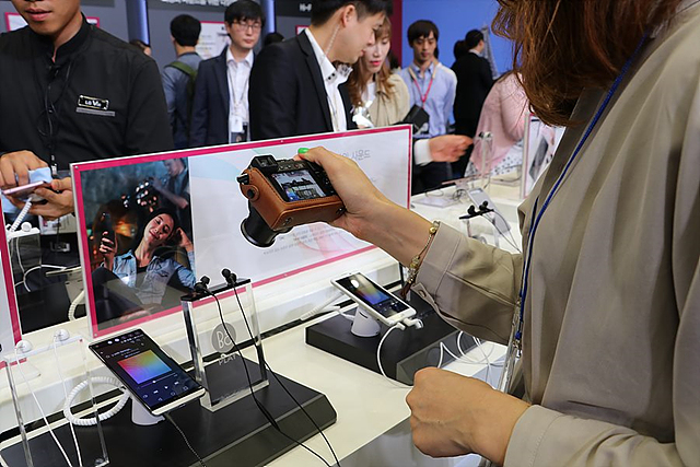 LG V20의 특징들을 카메라로 촬영하는 모습