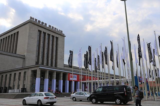 IFA 2016 정문에 설치된 LG 시그니처 깃발 모습
