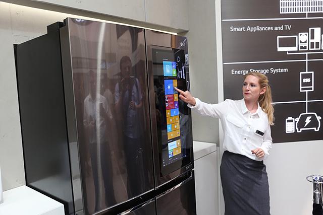 디스플레이를 탑재해 LG 스마트 냉장고의 모습