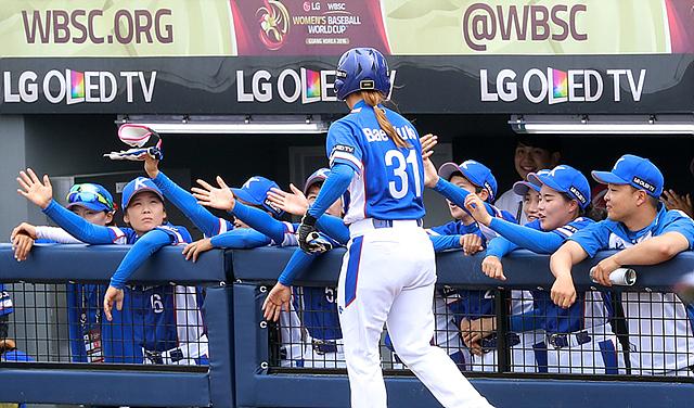 한국대표팀 조별리그 1차전에서 선수들이 서로 응원해주고 있는 모습입니다.