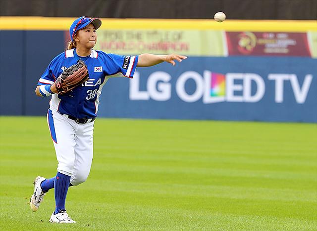 한국대표팀 조별리그 1차전에서 한 선수가 공을 던지고 있는 모습입니다.
