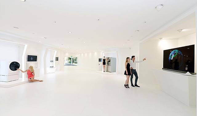 영국의 디자인그룹 '제이슨 브루지스 스튜디오'와 함께 '본질의 미학'을 주제로 'LG 시그니처' 주요 제품의 핵심 기술과 본질을 재해석한 작품 전시