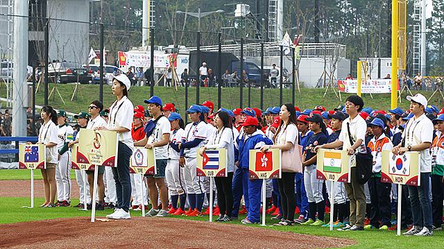 부산 기장군에서 열린 'LG후원 WBSC 2016 기장여자야구월드컵' 개막식에서 참가국들이 줄지어 서있는 모습입니다.
